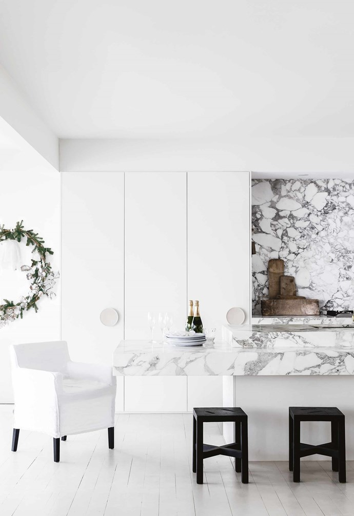 "**White on white** Taking the marble splashback higher than normal breaks up the clean white-on-white palette in this [Mediterranean-style holiday home](https://www.homestolove.com.au/mediterranean-style-all-white-home-16945|target=""_blank""), as does the generous kitchen island. *Design: [Anna Cayzer](http://annacayzer.com.au/
