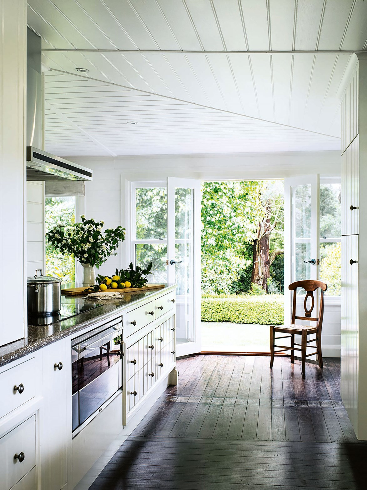 """A glass extension has opened up this [Southern Highlands cottage](https://www.homestolove.com.au/cottage-glass-extension-13650
