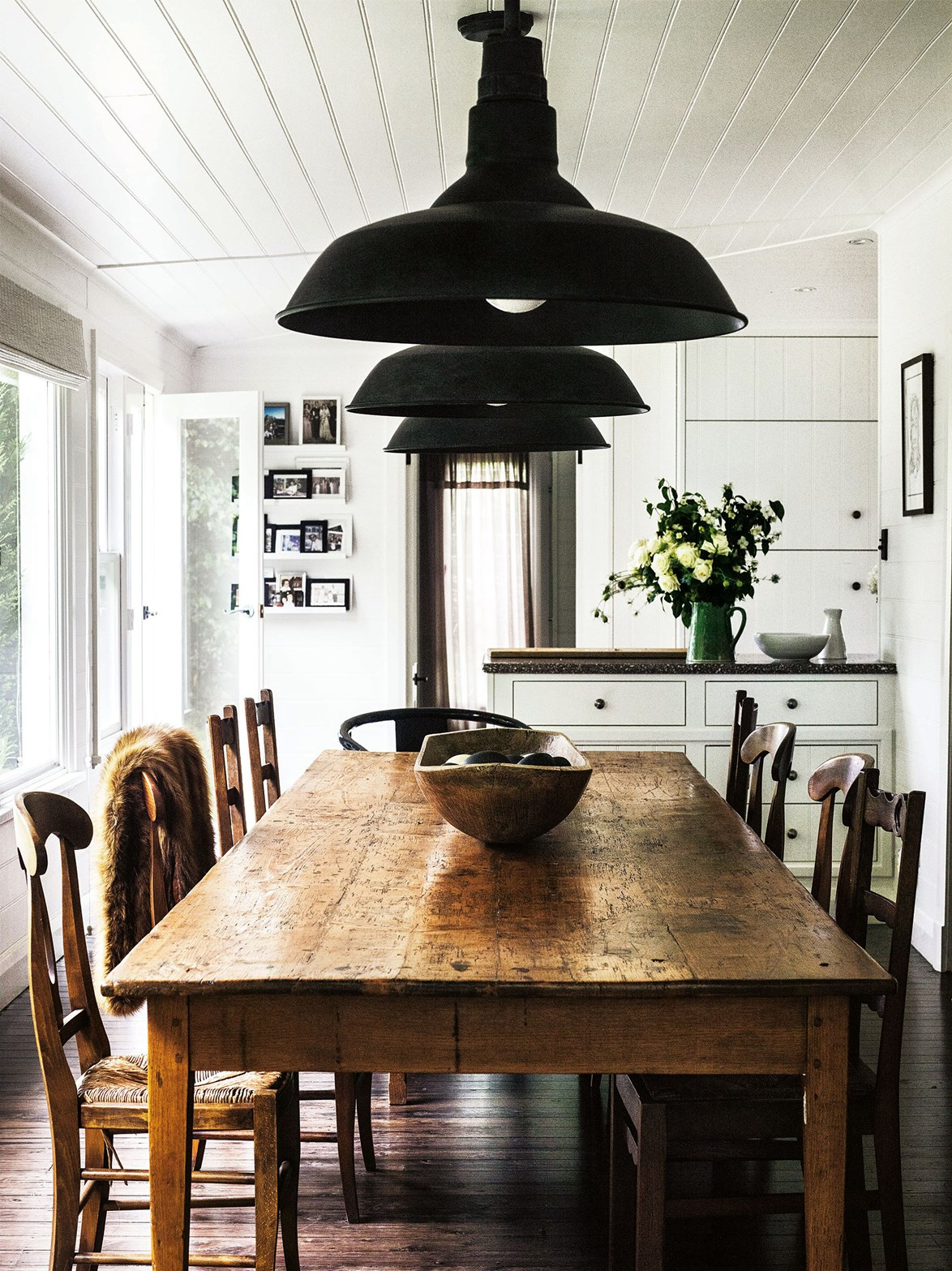 "<p>**CONTEMPORARY COUNTRY**<p> <p>This [Southern Highlands home](https://www.homestolove.com.au/cottage-glass-extension-13650|target=""_blank"") was renovated with entertaining in mind. Here, contemporary country style has been achieved with a trio of [matte black](https://www.homestolove.com.au/matte-interiors-trend-6480