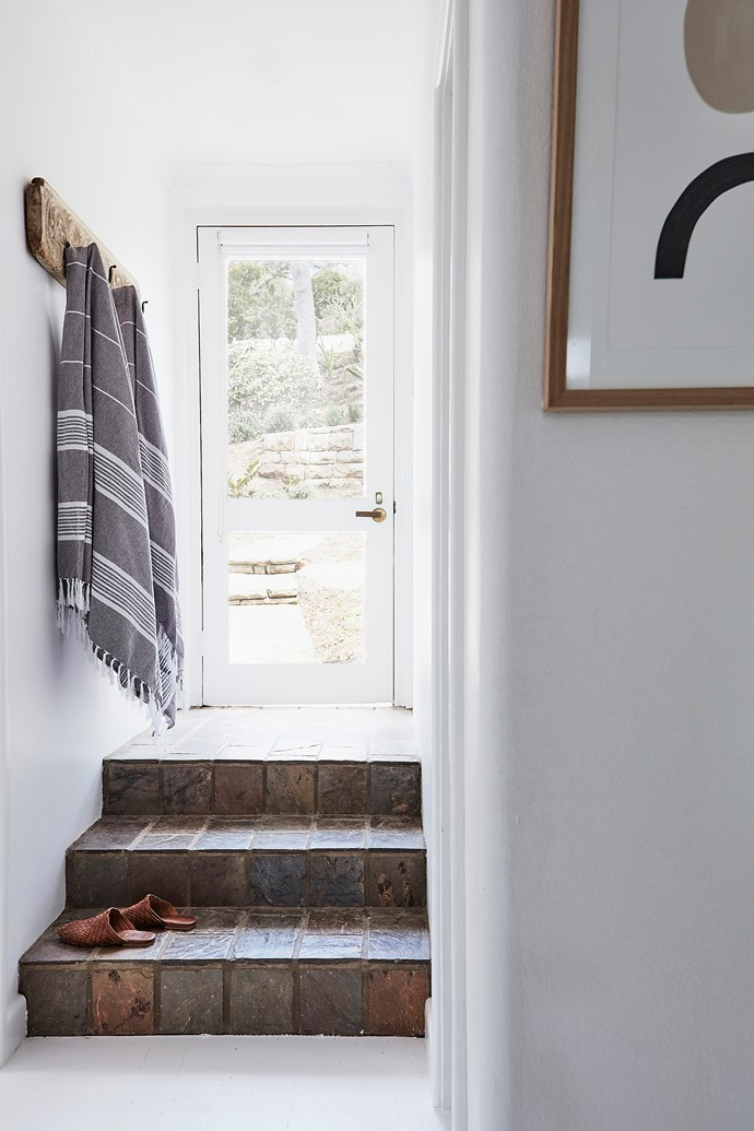 Vintage hooks decorate the entryway – it's the perfect place to hang towels, school bags or hats.