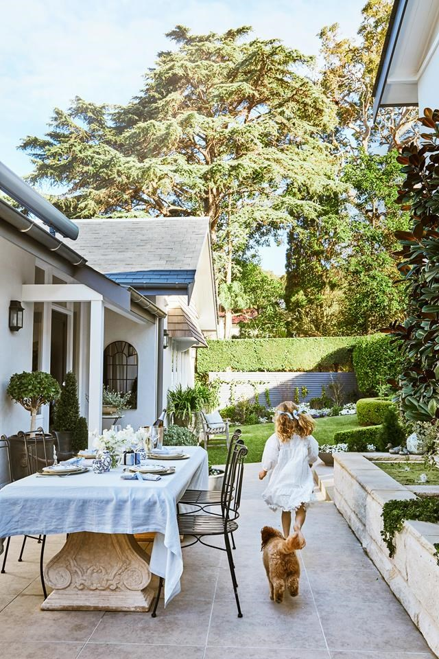 """The patio of this [brick beach cottage](https://www.homestolove.com.au/brick-beach-cottage-19498