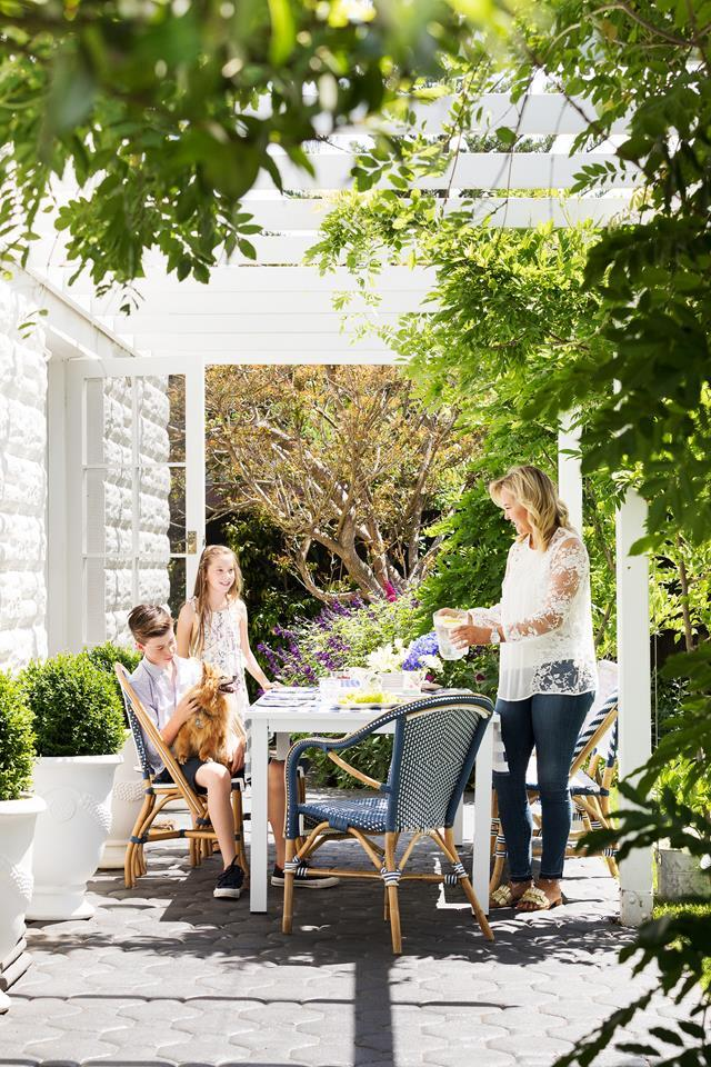 "Sea breezes waft in through French doors and sash windows of this [Hamptons-stlye home](https://www.homestolove.com.au/hamptons-style-home-in-coastal-victoria-6266|target=""_blank""), while the landscaped grounds are a magnet for extended family.  *Photograph*: Martina Gemmola 