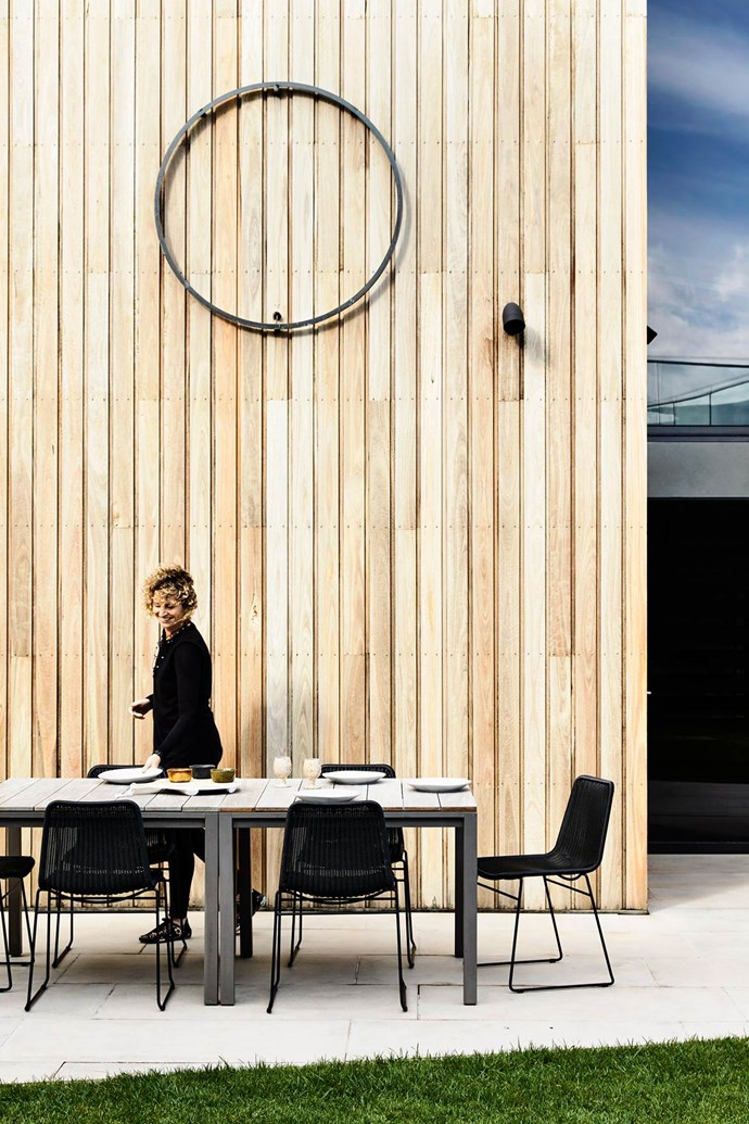 """The outdoor dining area is flanked by the timber panelling of this [Great Ocean Road getaway](https://www.homestolove.com.au/a-great-ocean-road-getaway-inspired-by-nature-3863