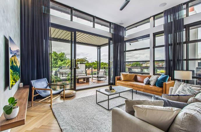 "[St Kilda, Melbourne](https://www.airbnb.com.au/rooms/31023943?adults=1&guests=1|target=""_blank""