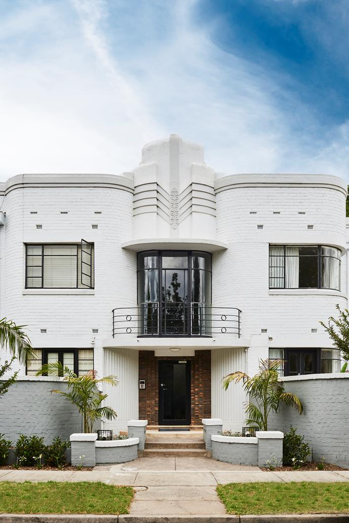 "Retaining the beautiful bones of this [Art Deco apartment](https://www.homestolove.com.au/art-deco-apartment-sale-melbourne-19784|target=""_blank"") and updating the interior with a modern, coastal aesthetic was a triumph for Lucy Glade-Wright, co-founder of Hunting for George. *Photograph*: Nikole Ramsay"