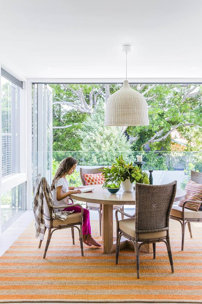 "With leafy views, this [casual dining space](https://www.homestolove.com.au/gallery-a-family-friendly-reno-with-a-hint-of-glamour-1454|target=""_blank"") has the best seats in the house. Table from MCM House."