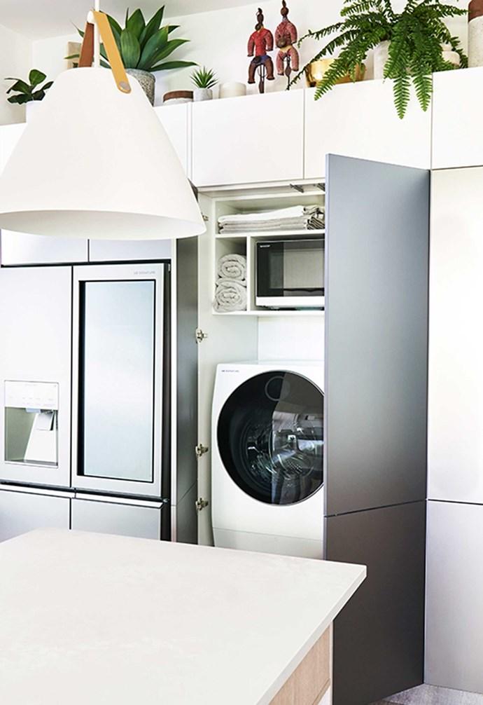 "[Darren's kitchen](https://www.homestolove.com.au/darren-palmer-bondi-beach-kitchen-6422|target=""_blank"") also features a hidden laundry space. *Kitchen: [Freedom Kitchens](https://freedomkitchens.com.au/|target=""_blank""|rel=""nofollow""); Photography: John Paul Urizar.*"