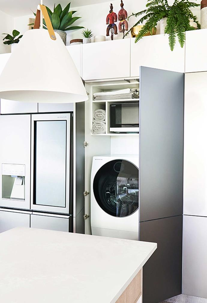 "[Darren's kitchen](https://www.homestolove.com.au/darren-palmer-bondi-beach-kitchen-6422|target=""_blank"") also features a hidden laundry space. *Kitchen: [Freedom Kitchens](https://freedomkitchens.com.au/