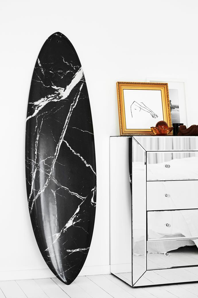 Both Amanda and her husband are keen surfers, as evidenced by the Haydenshapes for Alexander Wang surfboard displayed in their home.