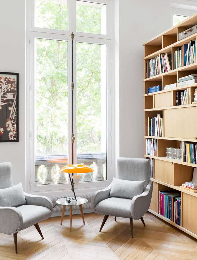The vintage armchairs are Italian from the 1950s. The lamp was designed by Gino Sarfatti. 'Lalinde' table from the Galerie Sentou in Paris. The photo on the wall to the left of the window is by Vik Muniz.