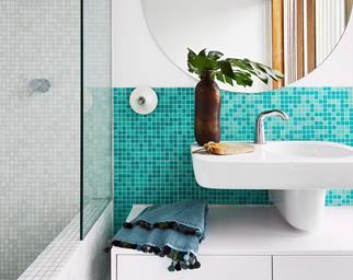 white-bathtub-black-tiles-2