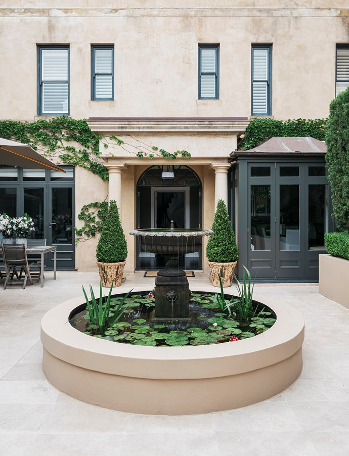 """The entrance to this [classic Sydney home](https://www.homestolove.com.au/a-classic-sydney-home-decorated-with-contemporary-and-antique-pieces-20209 target=""""_blank"""") boasts a very European vibe. The owners engaged interior architect Phoebe Nicol to freshen it. *Photograph*: Felix Forest. From *Belle* May 2019."""