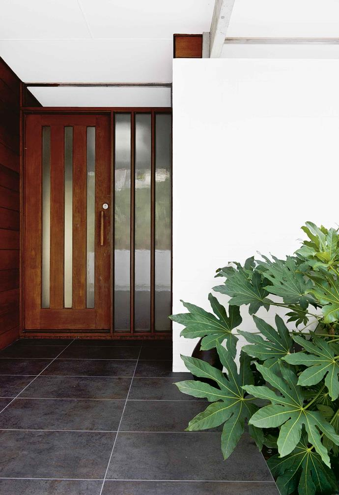 "The hand-like leaves of *fatsia japonica* at the front door of [this coastal home](https://www.homestolove.com.au/japanese-inspired-garden-17961|target=""_blank"") start a semi-tropical theme that carries through to the back garden, in contrast to the stiffer plants that dominate the sloping front yard. *Photography: [Michael Cooke Garden Design](http://www.michaelcooke.com.au/
