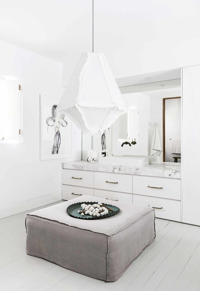 "Brass pulls add a soft and sophisticated touch to this marble and stark white bathroom in an [all-white Mediterranean-style home](https://www.homestolove.com.au/mediterranean-style-all-white-home-16945|target=""_blank""). *Design: [Anna Cayzer](http://annacayzer.com.au/
