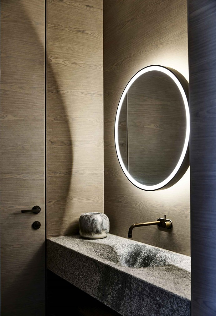 "An **LED-lit circular mirror** brings Hollywood glam to a Melbourne bathroom by [B.E Architecture](https://www.bearchitecture.com/|target=""_blank""