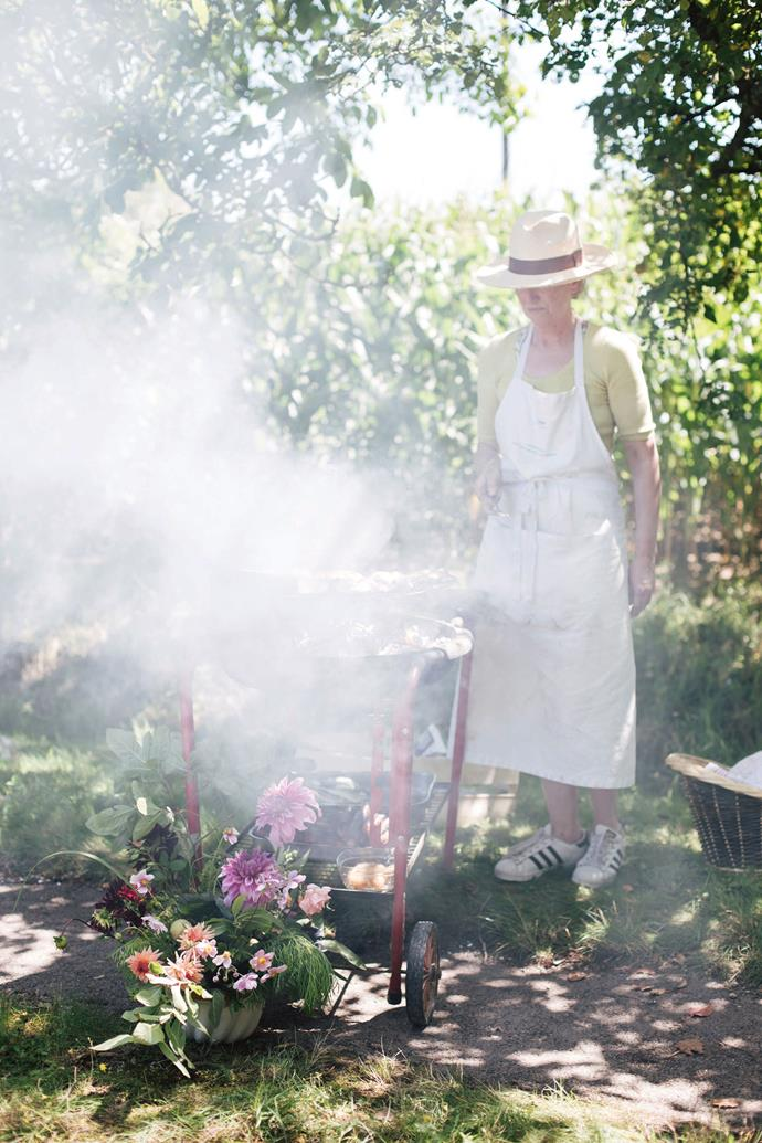 """Australian cook and baker, [Gillian Bell](http://www.gillianbellcake.com.au/ target=""""_blank"""" rel=""""nofollow""""), preparing for a picnic. There were morning and afternoon 'classes', where the 12 students would break down into groups of three to learn from the teachers. We'd break for picnics of grilled mackerel and bay-leaf scented cakes under the shade of apple trees, and three-course dinners in the barn."""