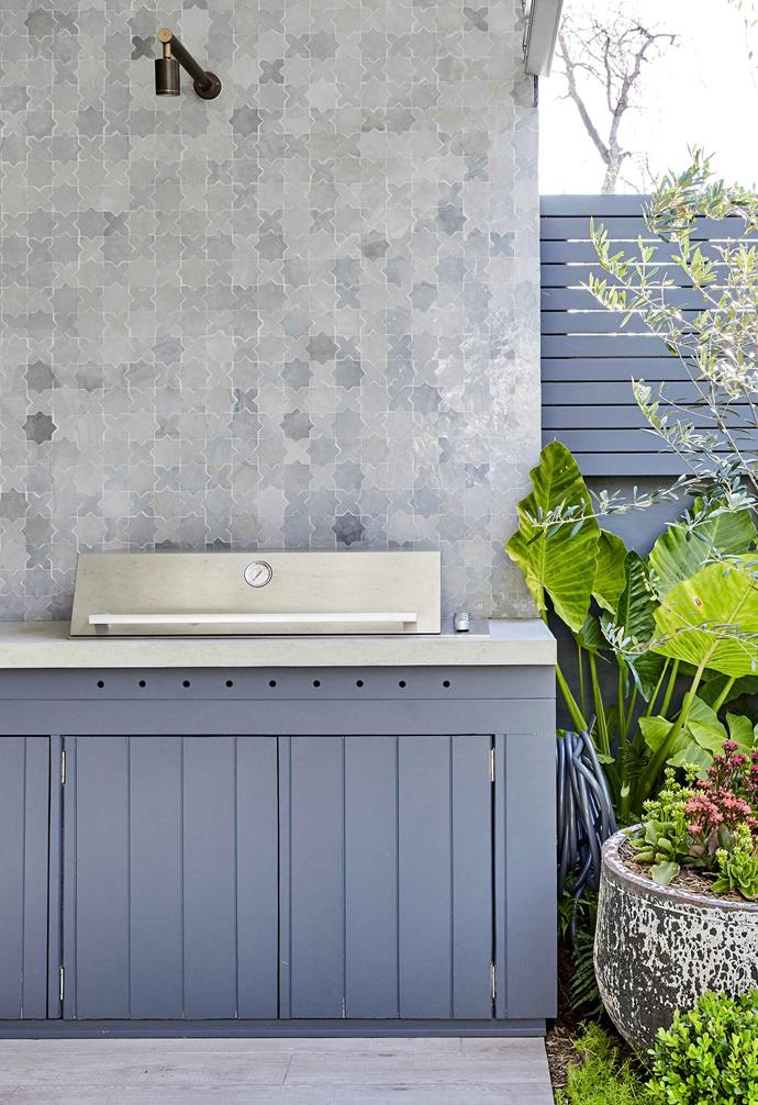 "The splashback of the barbecue area ties in with the garden's other decorative tiles. Barbecue area splashback and tiles under built-in seat, [Onsite Supply & Design](http://onsitesd.com.au/|target=""_blank""