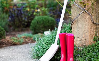 How to use a spade or shovel safely