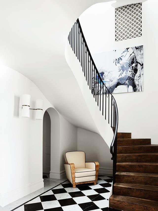 "To create a sense of arrival, architect Luigi Roselli moved the entry to street level, so visitors enter through the top floor and descend a [sculptural staircase](https://www.homestolove.com.au/a-spanish-mission-style-homes-hollywood-glamour-update-6677|target=""_blank"") to the open-plan main living area below. Artwork by Anke Schaffelhuber. From *Belle* May 2018."