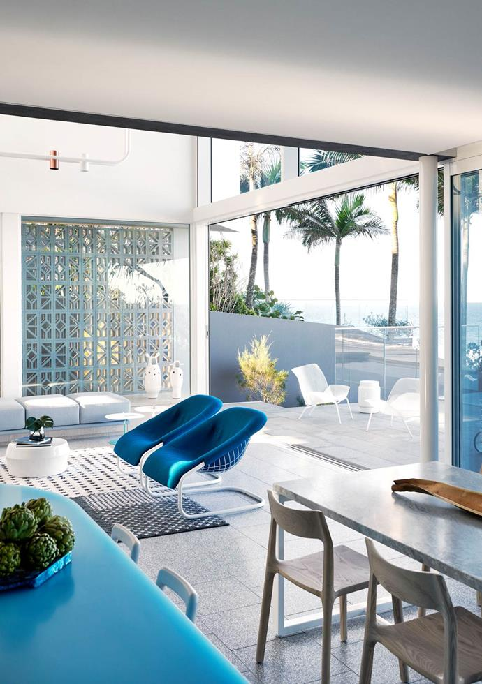 Whispers of Palm Springs, a marine palette and an oceanic outlook come together in this breezy beach retreat designed by PopovBass.The generous roof, an enduring theme in Queensland architecture, creates a double-storey volume covering internal and external courtyards. Photographer: Fiona Susanto