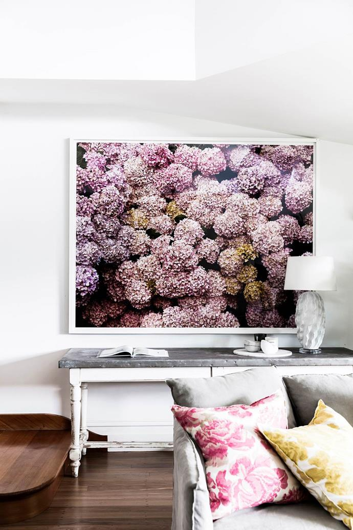 """The graphic digital print of hydrangeas in this lively [living room](https://www.homestolove.com.au/georgie-abay-house-20463 target=""""_blank"""") brings colour and wow factor to an otherwise neutral room, and almost passes as wallpaper."""