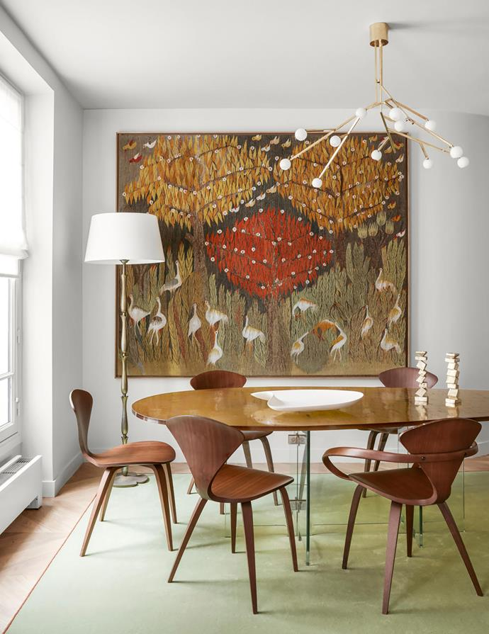 The 1950s wall tapestry is attributed to Ateliers Pinton. Rug designed by Jacques Hervouet and manufactured by Codimat. Floor lamp in patinated bronze by Carlo Scarpa and custom ceiling light by Jacques Hervouet. Chairs by Norman Cherner surround the dining table with a glass top by Saint-Gobain.