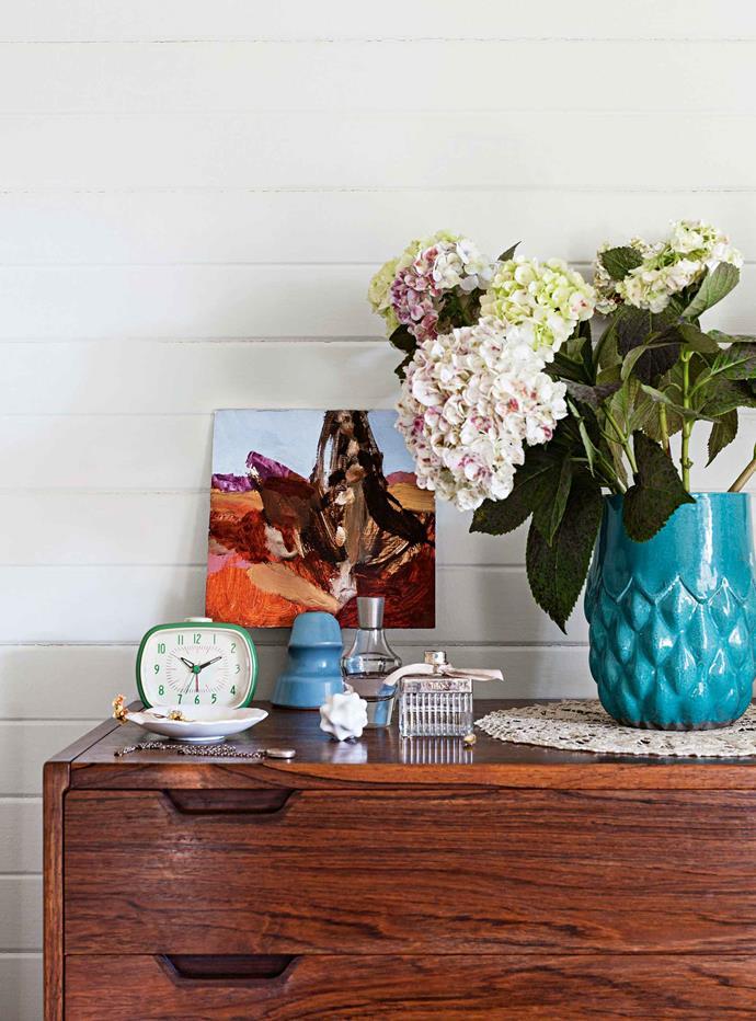 "[Luke Sciberras's](https://www.lukesciberras.com/|target=""_blank""|rel=""nofollow"") little painting hangs beside a vase from Sydney's [Summers Floral](https://summersfloral.com/|target=""_blank""|rel=""nofollow"")."