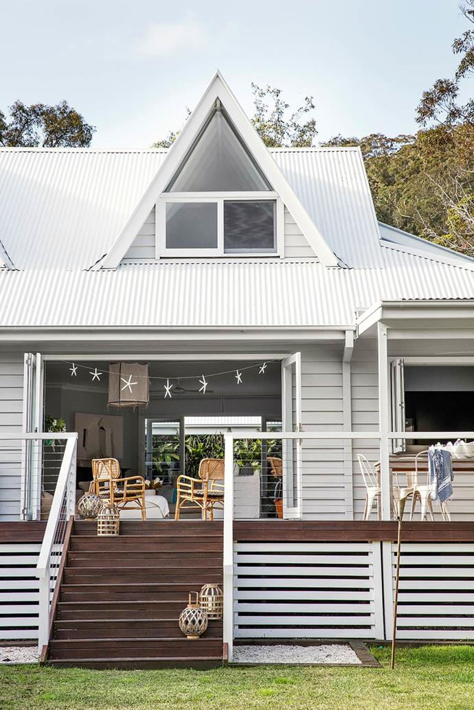 "Taking inspiration from the tropical surroundings of their new [beachside abode](https://www.homestolove.com.au/serene-interiors-create-beach-house-bliss-2715|target=""_blank""), this family has created a home designed to make relaxing easy. An exemplary coastal Australian deck is the perfect spot to  hang out on balmy summer days."