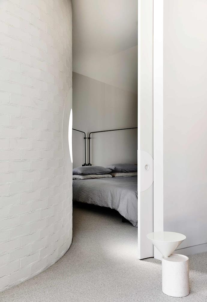 "**Main bedroom** The sensuous curved wall echoes the exterior. The Platek 'Flamingo' light is from [Inlite](https://www.inlite.com.au/|target=""_blank""