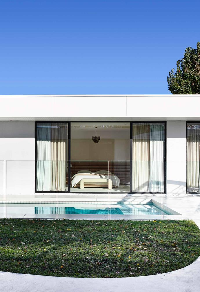 "**Pool** The couple's bedroom overlooks the pool, which was built by [Aquacon Pools](http://aquaconpools.com.au/|target=""_blank""