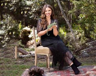 Bindi Irwin holding a lizard