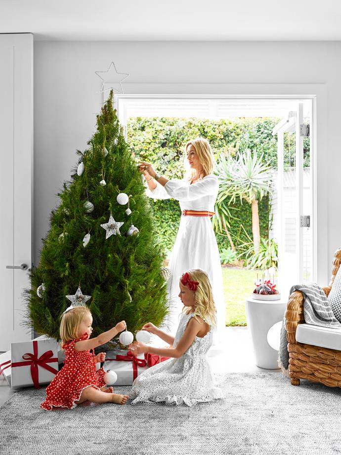 Emma, Astrid and Clara decorate the Christmas tree.
