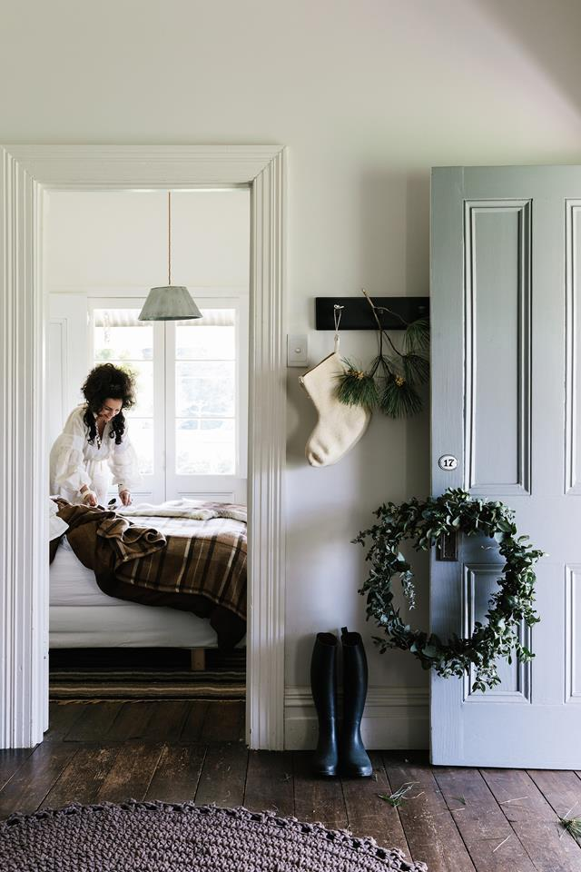 "White is Lynda Gardener's go-to hue and headlines the interior decorator's country celebrations in the township of Trentham, Victoria. It's a family affair with a cool [vintage twist](https://www.homestolove.com.au/federation-era-cottage-trentham-19487|target=""_blank"")."