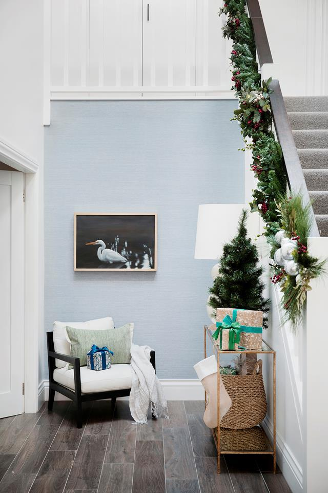 "The entrance to this [Hamptons-style home](https://www.homestolove.com.au/modern-hamptons-home-sydney-19531|target=""_blank"")  has been adorned in a variety of Christmas decorations in neutral and calming tones."