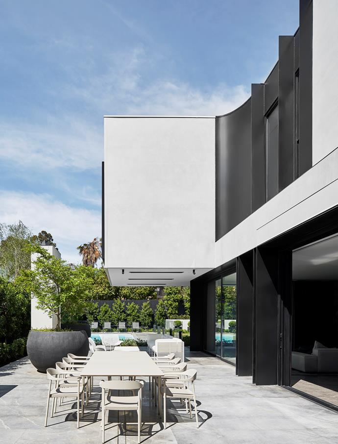 Emma Tulloch of Emma Tulloch Architects and Miriam Fanning of Mim Design Studio collaborated on creating a spectacular contemporary family home in Melbourne. The three-level home's box-like structure has been softened with curves which, despite its scale and generosity, creates intimacy and calmness.