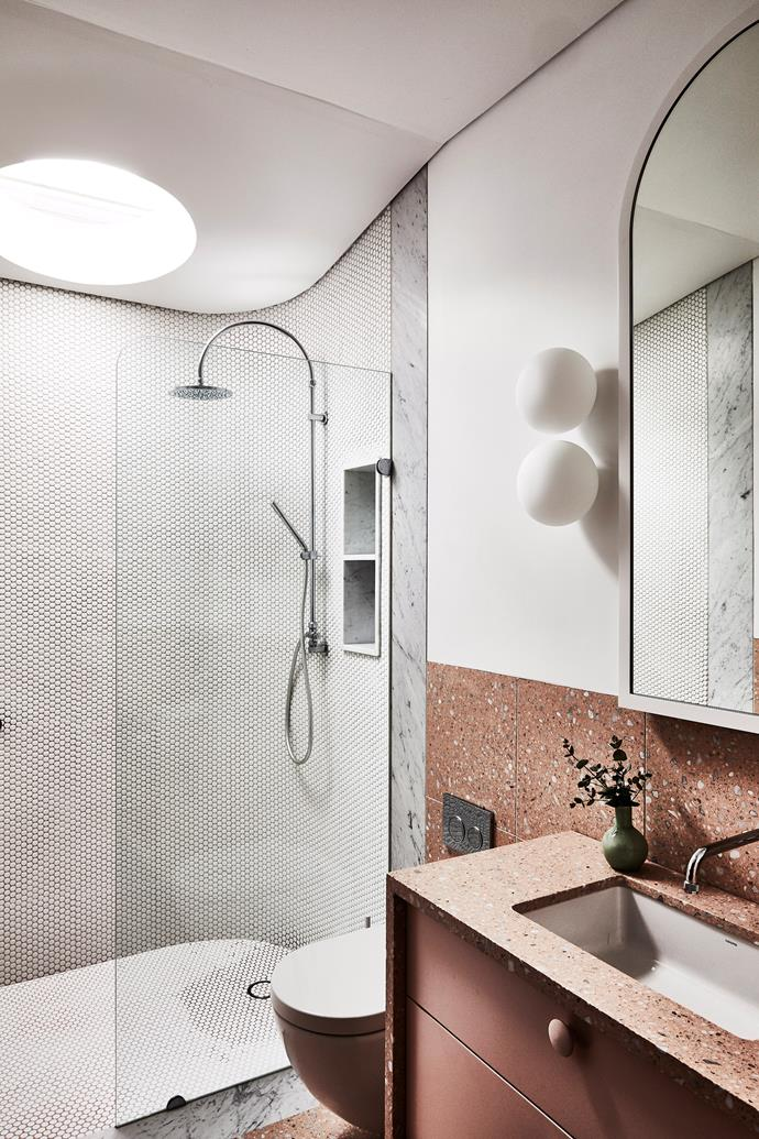 Foggy glass, caused by soap scum, can be treated with a simple, vinegar cleaning solution.
