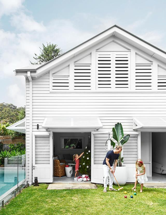 "This bright [weatherboard home](https://www.homestolove.com.au/bright-weatherboard-weekender-dressed-up-for-christmas-20929|target=""_blank"") is ""...a typical beach house – easy to live in and designed to comfortably accommodate a couple of families in a casual, relaxed way,"" says owner Anthony Spon-Smith. ""We all enjoy gathering out here as the sun sets and the girls tumble about on the lawn in the cool of the evening,"" he adds."