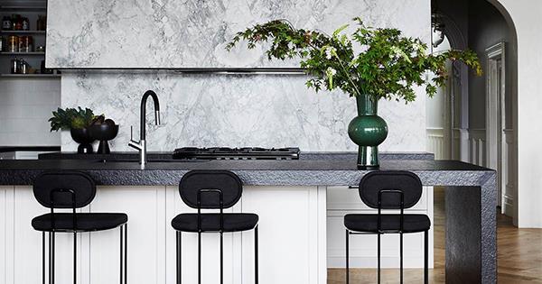 10 timeless black and white kitchens