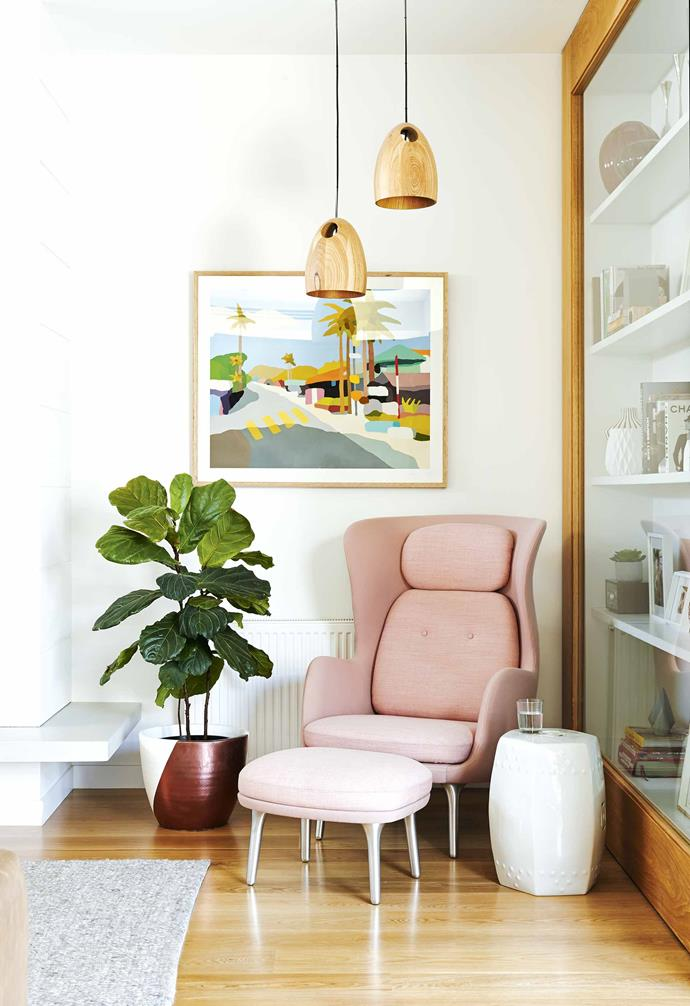 """This cosy reading nook is highlighted with a statement armchair in this [family-friendly Californian bungalow](https://www.homestolove.com.au/family-friendly-californian-bungalow-18198