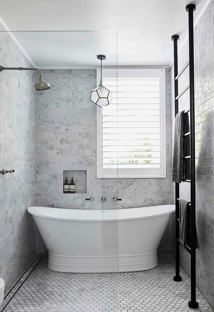 "A neutral palette was adopted in the bathroom of this [renovated Federation home](https://www.homestolove.com.au/federation-home-receives-modern-revamp-19693|target=""_blank"") where small hexagon tiles on the wall are paired with ceramic subway tiles for the walls."