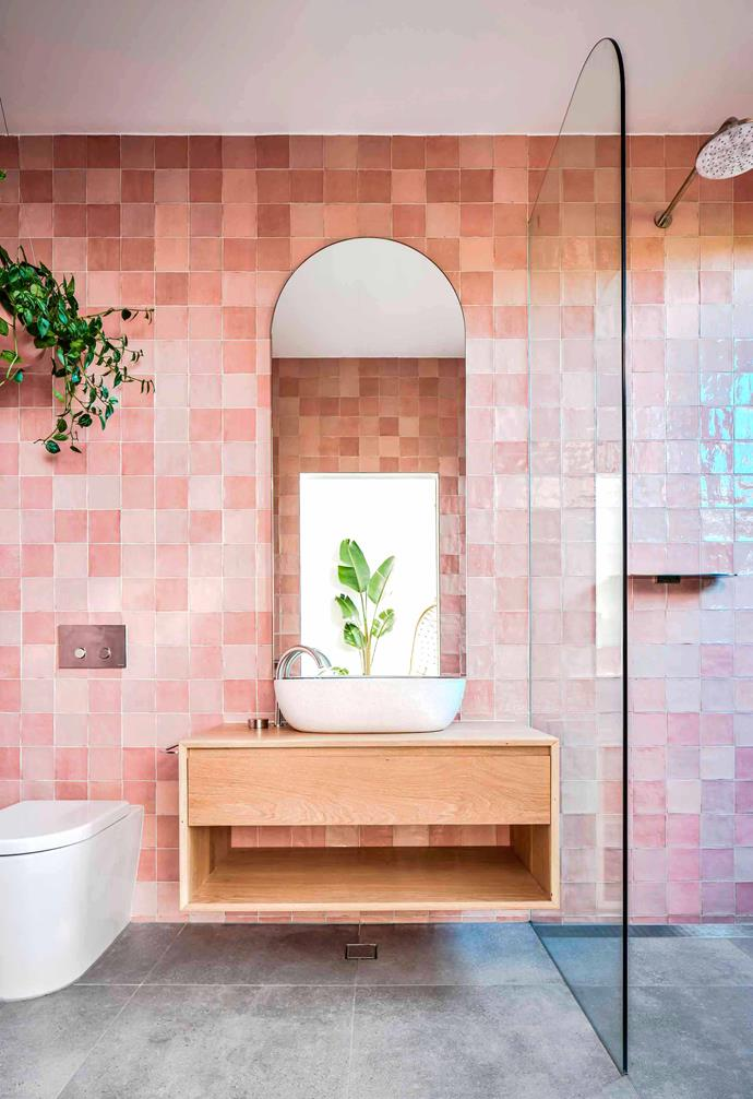 "Working with Stegbar, Melissa Bonney of The Designory incorporated a bespoke curved shower screen to this bathroom to echo the organic shapes and arches that run throughout the [Barefoot Bay Villa](https://www.homestolove.com.au/barefoot-bay-villa-byron-bay-21018|target=""_blank"")."