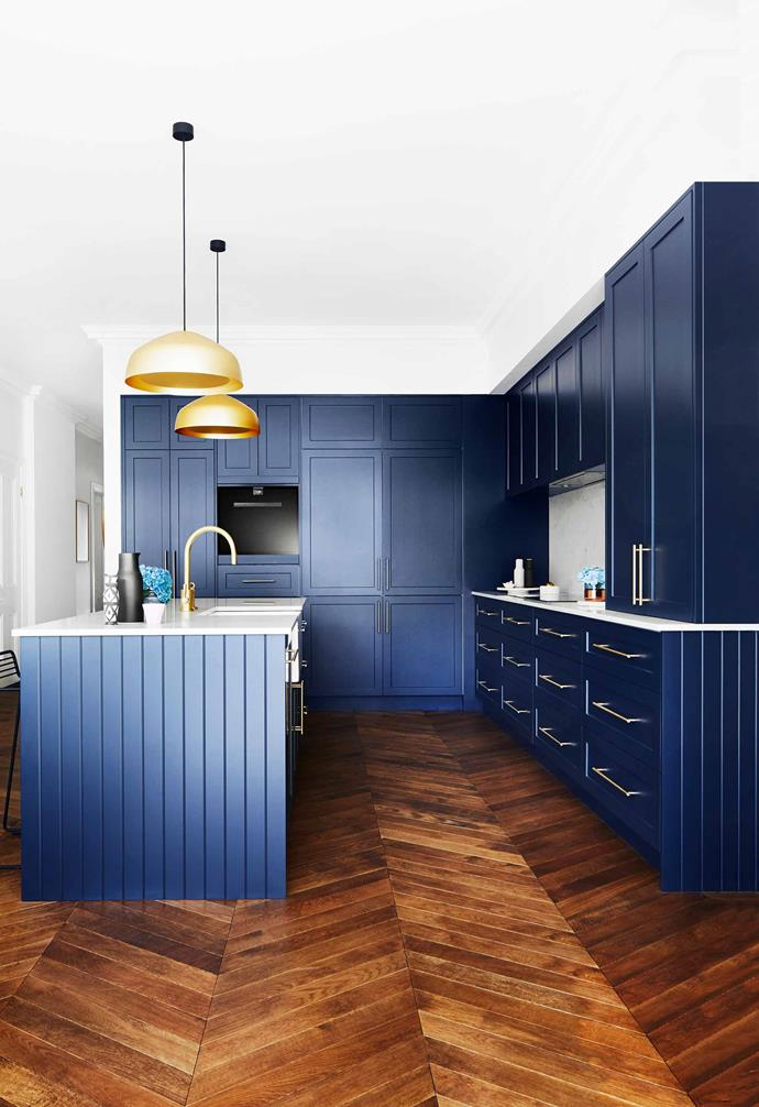 """Opting for a rich shade of blue in the striking kitchen in this [renovated Edwardian-semi home](https://www.homestolove.com.au/modern-edwardian-semi-renovation-18524