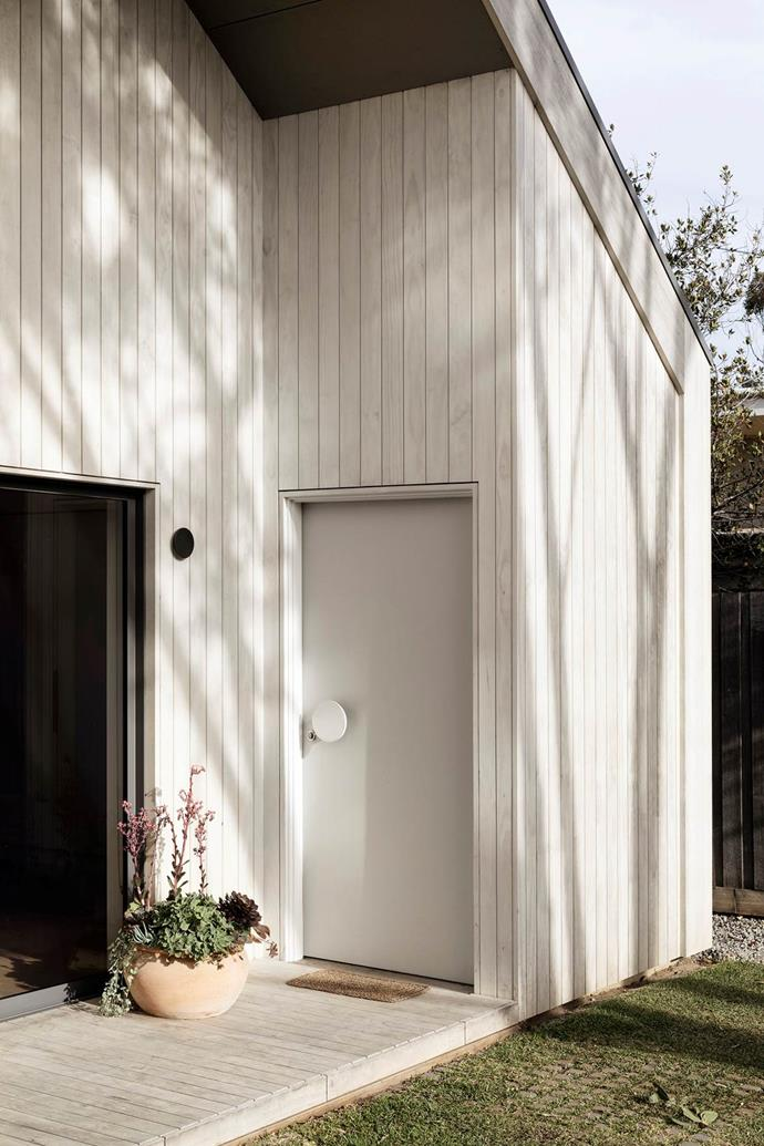 "A 'Stacked' door handle from MadeMeasure transforms the simple front door of this [Scandinavian-style house](https://www.homestolove.com.au/scandinavian-style-beach-house-20995|target=""_blank"") into a show-stopper."