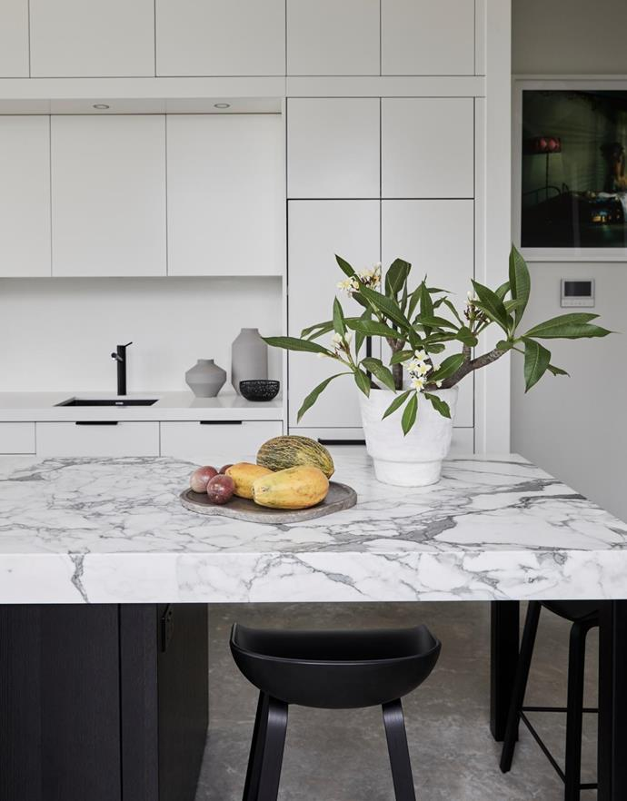 The Calacatta marble slab on the island bench is from Marblous Group.