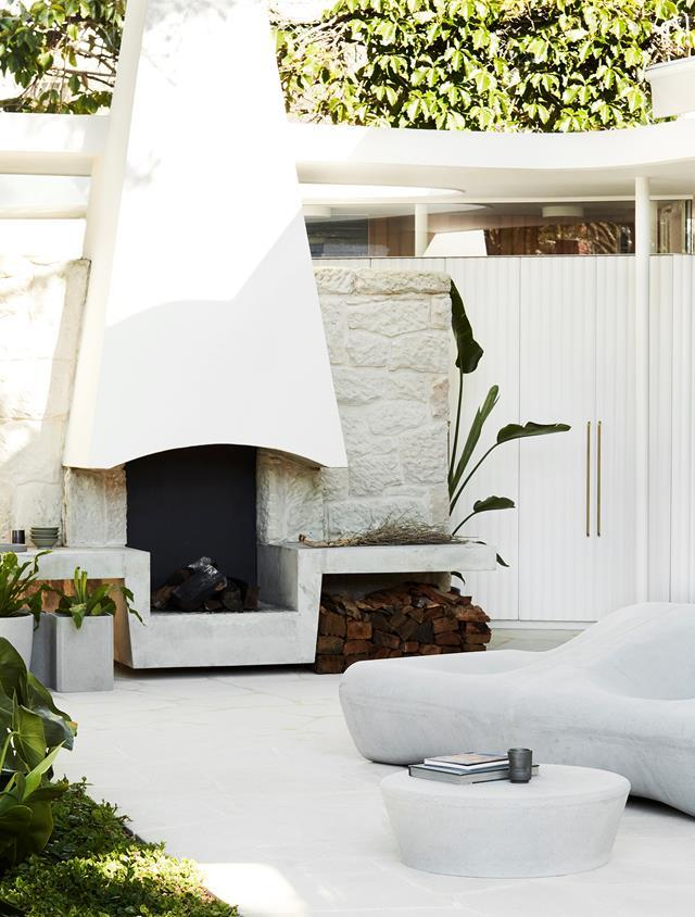 "A sculptural fire place echoes the contemporary mid-century feel that runs throughout this [Sydney home](https://www.homestolove.com.au/sensitively-revamped-mid-century-house-20728|target=""_blank"") that was revamped by Luigi Rosselli Architects and Alwill Interiors."