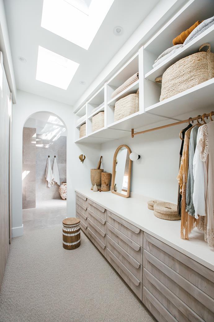 Ploytec 'Angora Oak Woodmatt' joinery in the walk-in robe ties in beautifully with the coastal aesthetic.