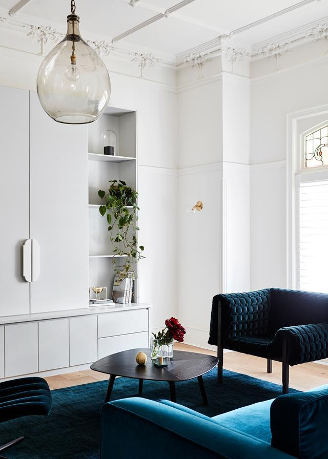 "Designer Mardi Doherty put a contemporary spin on this [grand old home](https://www.homestolove.com.au/a-restored-edwardian-home-by-mardi-doherty-design-5932|target=""_blank""), completely reinvigorating it for a new generation. Devil's ivy elegantly falls down the built-in shelving unit in the living room."