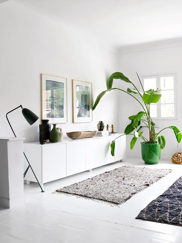 "Utilising natural light and creating open spaces, Cassandra Karinsky's [Marrakech home](https://www.homestolove.com.au/rug-trader-cassandra-karinskys-moroccan-home-4867|target=""_blank"") boasts a minimal, pared-back aesthetic. A large bird of paradise plant brings colour and life to the subtle living room."