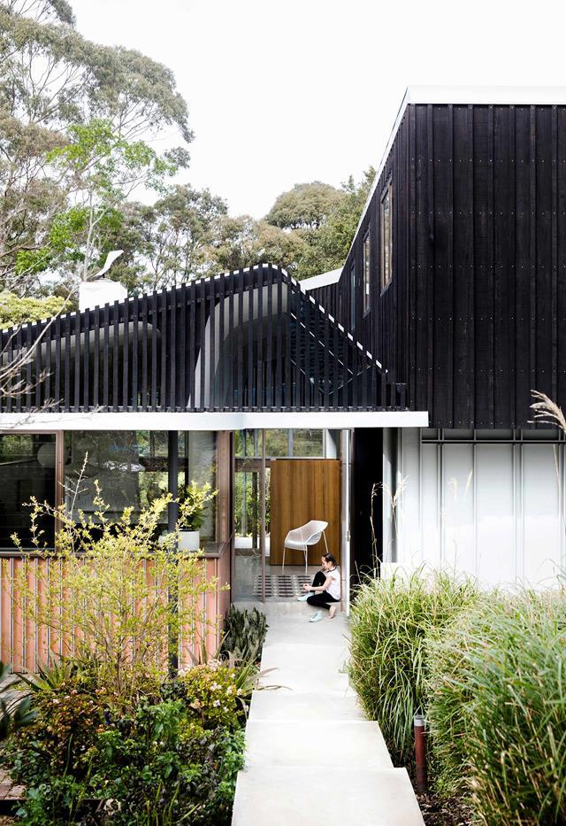 "Childhood memories of the bush and nature inspired the design of this cool [Sydney home](https://www.homestolove.com.au/nature-inspired-house-riverview-20198|target=""_blank"") conceived by architect David Boyle and builder Paul Gray of Graybuilt. The soft fold in the roof is an organic nod to the sloping block. Natural materials such as halved terracotta pipes and stained timber battens form part of the cladding."