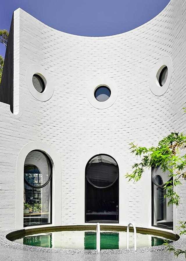 """The facade features a classic Palladian motif but we wanted to make it look like a large, one-storey scale wall rather than a double storey,"" says architect Patrick Kennedy of this [ultra-modern home](https://www.homestolove.com.au/caroline-house-by-kennedy-nolan-20102